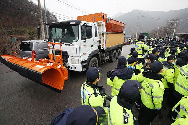 Kemhan Korsel Masukkan 32 Truk Muat Konstruksi ke Pangkalan THAAD di Seongju