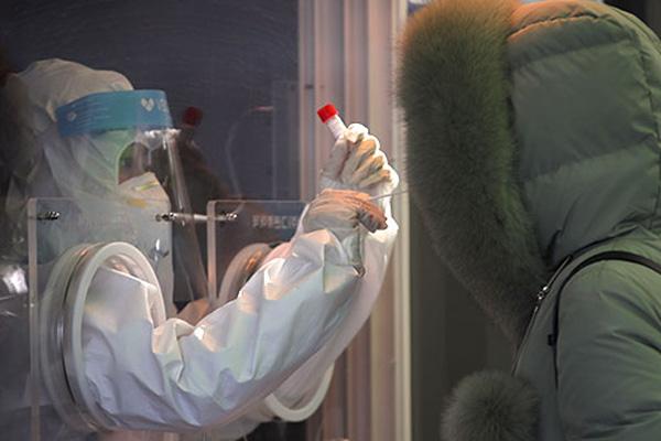 عدد إصابات كورونا اليومية في كوريا يعود إلى مستوى 400