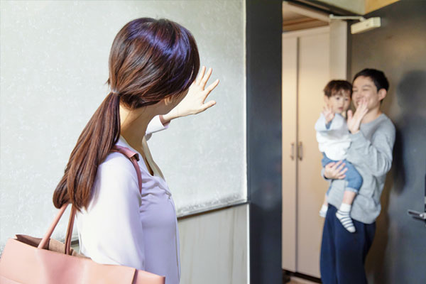 育児専業の男性1万3000人に 過去最多 女性の育児人口は減少