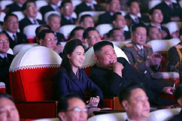 北韓の金正恩氏夫人1年ぶりに登場 夫婦で公演観覧
