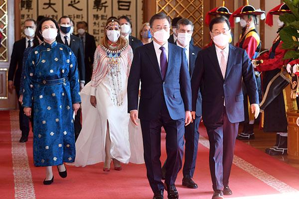 Tổng thống Moon Jae-in kêu gọi Đại sứ 8 nước ủng hộ tiến trình hòa bình bán đảo Hàn Quốc