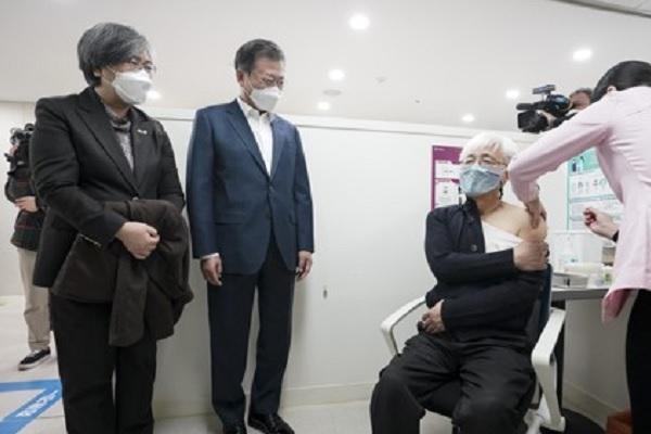 الرئيس الكوري يؤكد على تحمل حكومته مسؤولية سلامة لقاحات كورونا