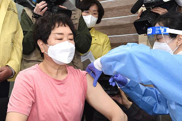 韩国26日上午8时45分开始接种新冠疫苗 首位接种者为疗养院工作人员