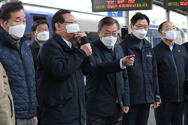 文在寅时隔1年赴釜山视察 了解加德岛新机场等东南圈巨型城市发展情况