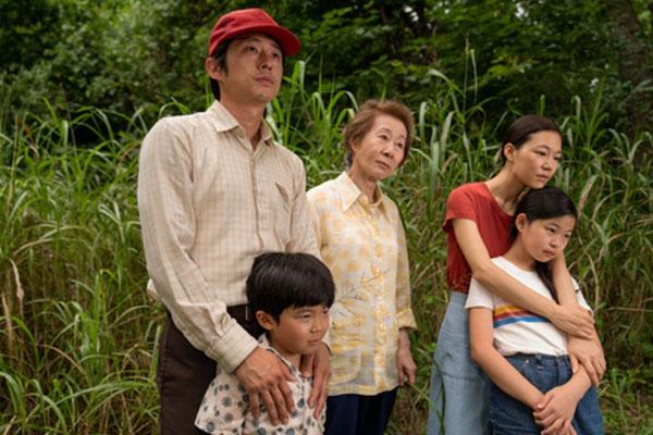 فيلم ميناري يفوز بجائزة أفضل فيلم أجنبي في مهرجان القفاز الذهبي