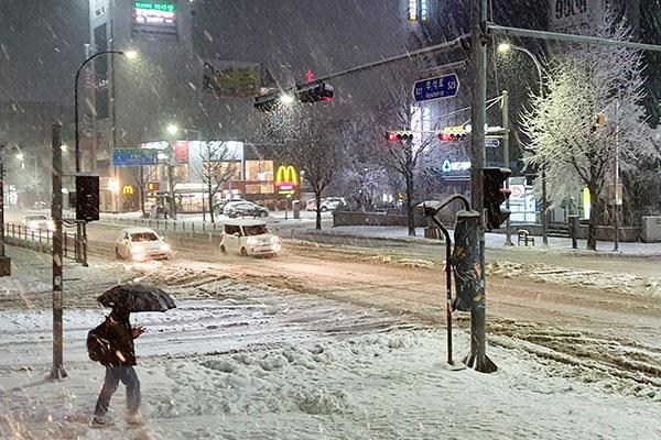 江原道で大雪 山間部などに大雪警報