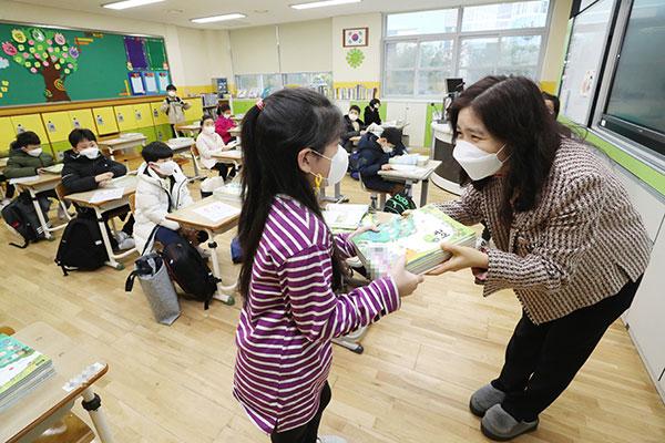 韓国、新学期がスタート 毎日登校の基準が緩和