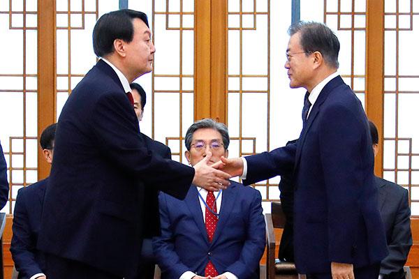韓国検察トップの辞意受け入れ、民情首席秘書官も交代へ 文大統領