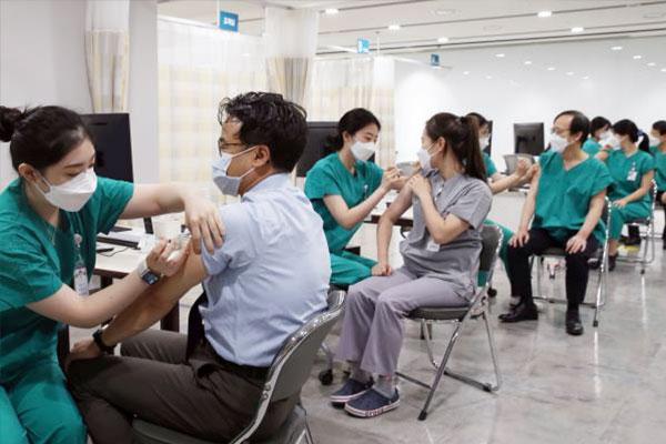Badan Pengawas Obat dan Makanan Korsel Izinkan Penggunaan Vaksin COVID-19 Buatan Pfizer