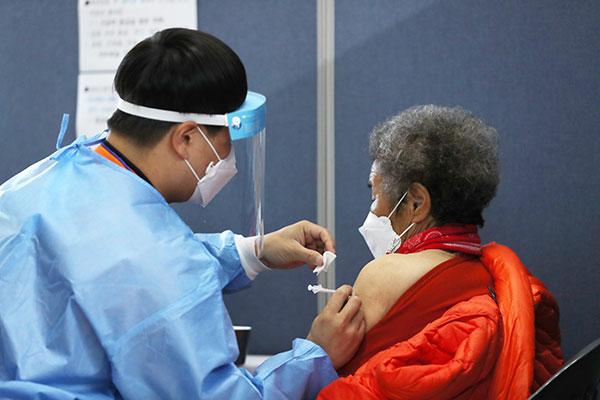 ファイザーワクチン2回目の接種 75歳以上対象にスタート