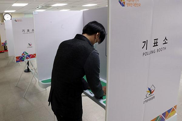 55.5% نسبة المشاركة في الانتخابات التكميلية أمس الأربعاء