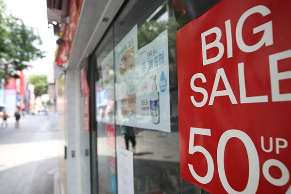 去年家計の消費が大幅に減少 新型コロナの影響