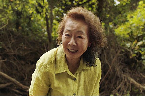 尹汝贞凭借《米纳里》夺得英国电影学院奖最佳女配角奖