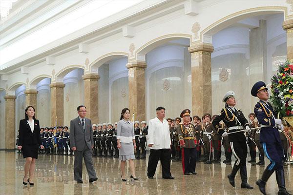 Chủ tịch Kim Jong-un và phu nhân viếng cung Thái Dương Kumsusan