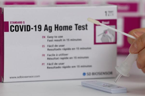 韩卫生当局首次批准使用2款新冠自检试剂盒产品