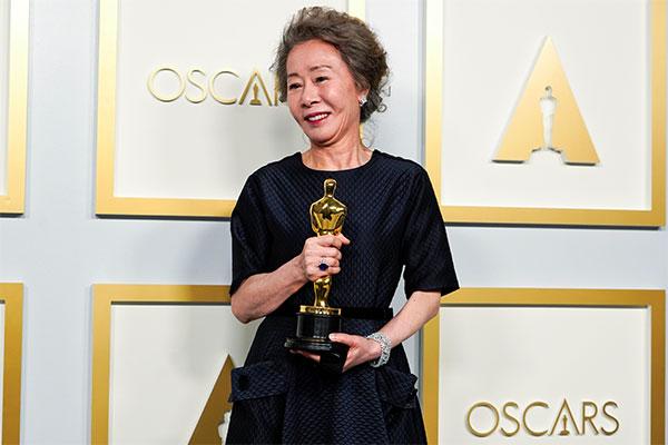 Bà Youn Yuh-jung giành tượng vàng Oscar hạng mục