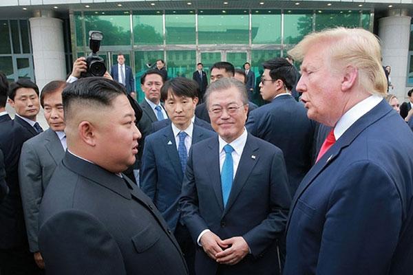 Se cumplen tres años de la primera cumbre entre Moon y Kim