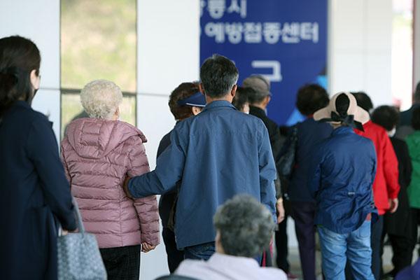 Hàn Quốc lần đầu bồi thường cho 4 trường hợp bị phản ứng bất thường sau khi tiêm vắc-xin COVID-19