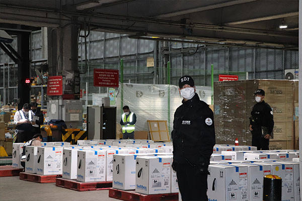 Thêm 438.000 liều vắc-xin COVID-19 của Pfizer về tới Hàn Quốc