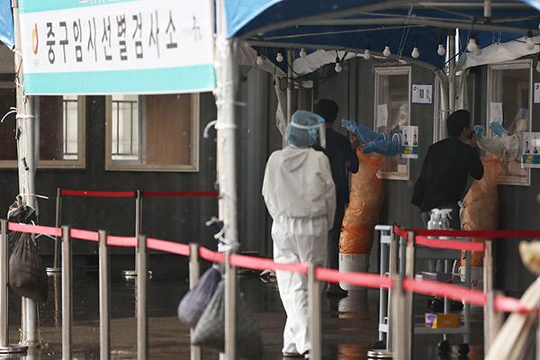 Corea registra menos de 400 casos por primera vez en 77 días