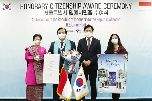 Dubes Indonesia untuk Korsel Umar Hadi Menerima Gelar Warga Kehormatan Seoul