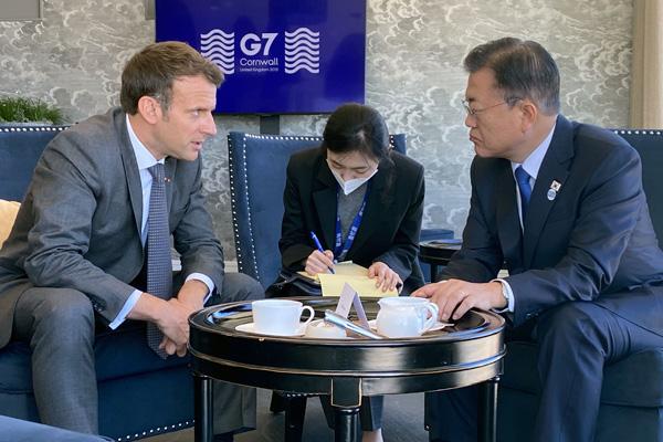 الرئيس الكوري يجري محادثات مع الرئيس الفرنسي