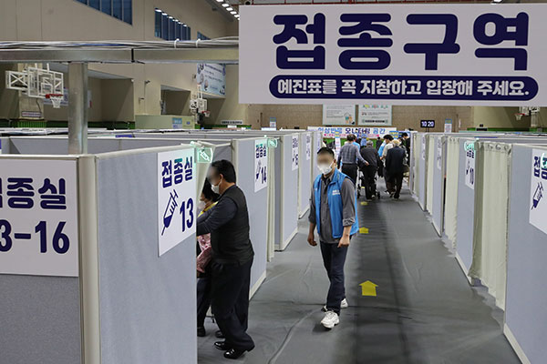 韩下月起放宽防疫措施 新冠疫苗接种率近30%