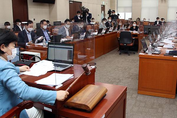 Parlamentsausschuss verabschiedet Gesetz für mehr Ersatzfeiertage