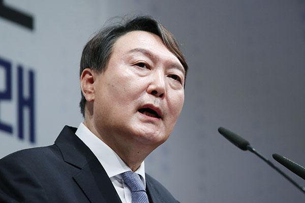 Prosecutor Spurns Accusations of Political Meddling involving Ex-Boss
