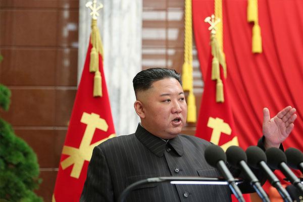 Kim Jong-un se recueille devant la dépouille de son grand-père