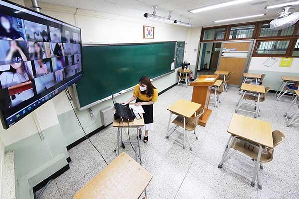 Школы столичного региона полностью переходят на дистанционное обучение