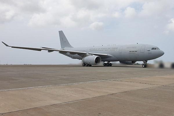 韩清海部队301名官兵分乘2架空中加油机回国