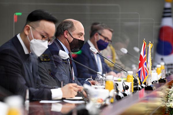 Главы минобороны РК и Великобритании обсудили вопросы сотрудничества
