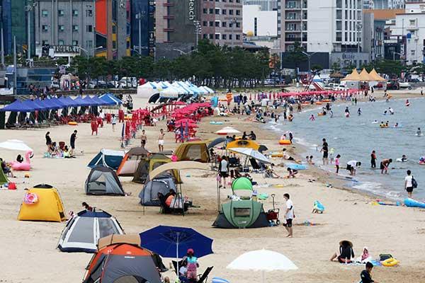 Người dân Hàn Quốc đổ về các bãi biển tránh nóng bất chấp dịch COVID-19 lan rộng