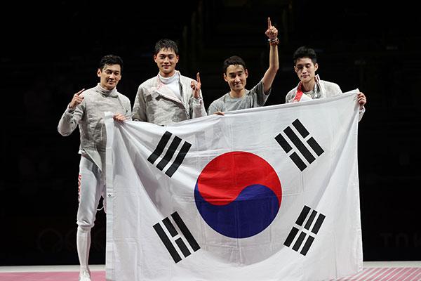 فريق المبارزة بالسيف العربي للرجال يفوز بالميدالية الذهبية في أولمبياد طوكيو