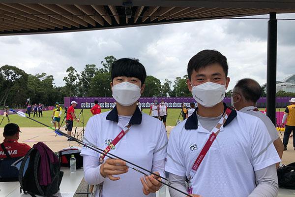 """Cung thủ An San và Kim Je-deok tặng mũi tên """"Robin Hood"""" cho Bảo tàng Olympic"""