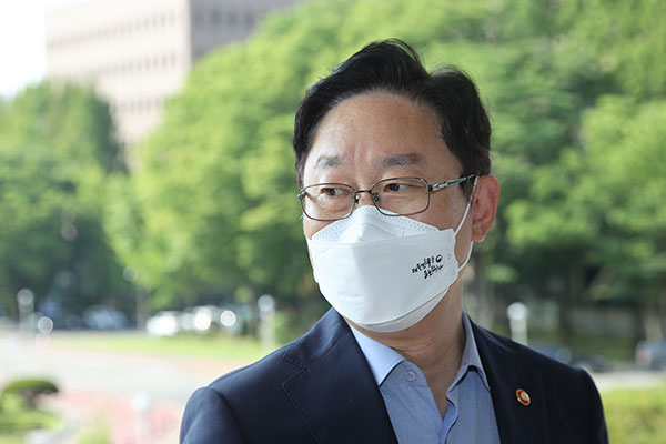 Justice Minister: Suspicions Surrounding Gyeonggi Gov. Must be Addressed Swiftly