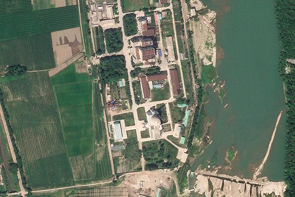38 North: Bauarbeiten für Gebäude nahe Leichtwasserreaktor in Yongbyon