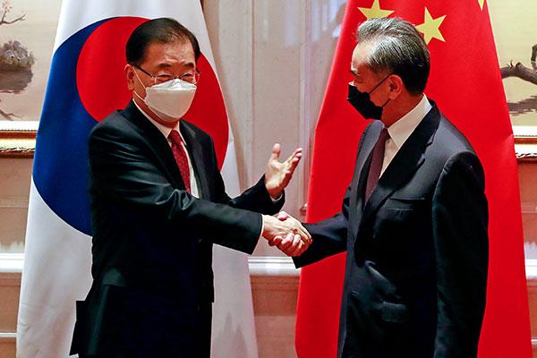 Главы МИД РК и Китая обсудили вопросы сотрудничества