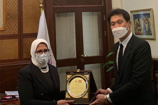 السفارة الكورية لدى مصر تهدي شهادة تقدير لوزيرة الصحة المصرية