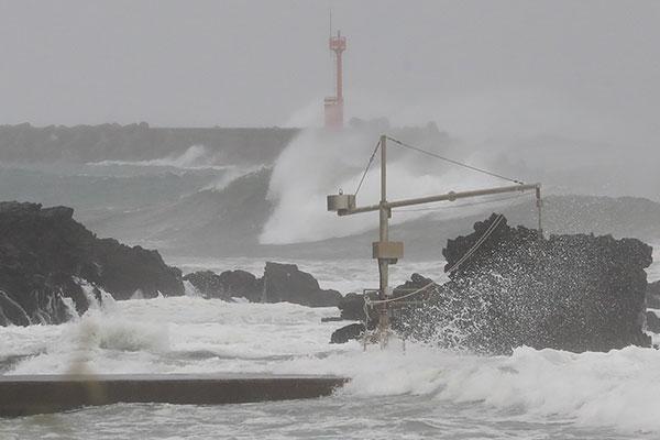Topan Chanthu Mendekati Pulau Jeju