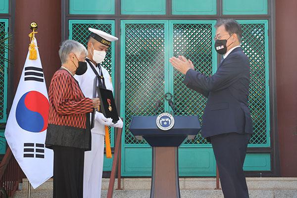 文大統領 ハワイに到着 韓国軍戦死者の遺骨送還式に出席