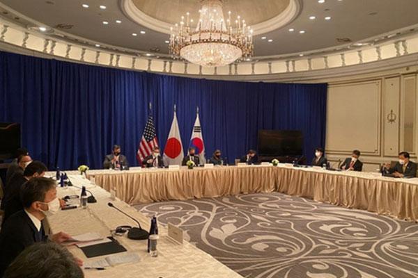 Außenminister Südkoreas, der USA und Japans führen Gespräche