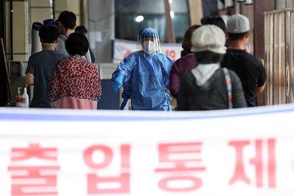 Hàn Quốc chuẩn bị hệ thống y tế trong trường hợp phát sinh 10.000 ca COVID-19/ngày