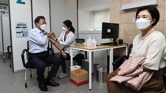 COVID-19 : Moon Jae-in s'est fait injecter une dose supplémentaire de vaccin