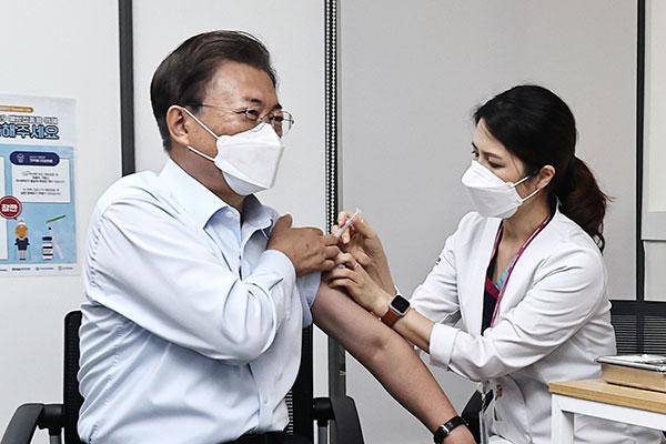 Presiden dan Ibu Negara Korsel Terima Vaksin Dosis Ketiga