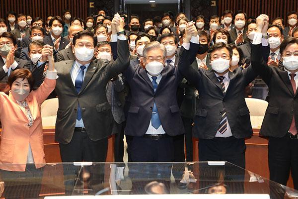 李在明与议员团进行礼节性会晤