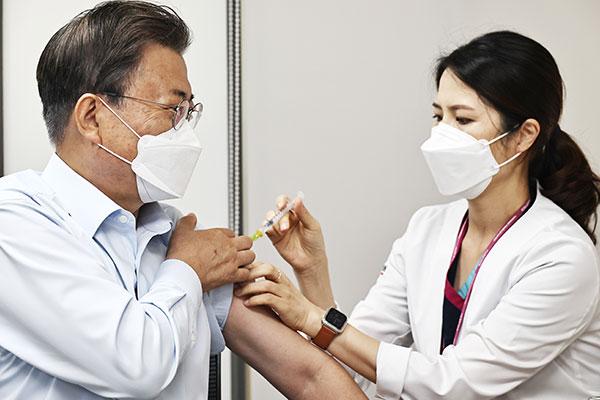 Präsident Moon fordert schnelle Planung von Auffrischungsimpfungen für Janssen-Geimpfte