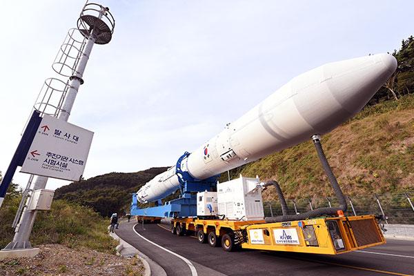 国産ロケット「ヌリ号」 21日の打ち上げに向け発射台に移動