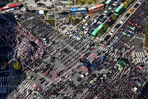 По всей стране прошли массовые демонстрации профсоюзов